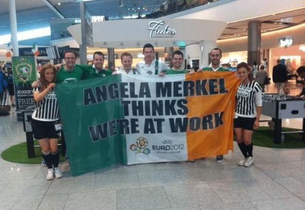 Des supporters irlandais apostrophent Angela Merkel sur cette photo, prise à l'aéroport de Dublin. (DR)