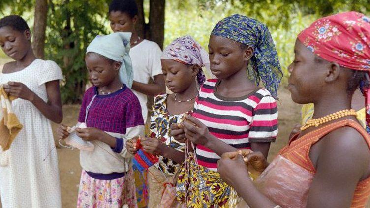 Des jeunes filles apprennent à tricoter dans la région de Tenkodogo, au Burkina Faso. La pression familiale est plus forte en milieu rural pour contraindre les jeunes filles à se marier. (Photo AFP/Jean Blondin)