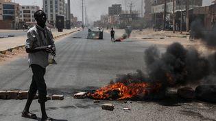 Un manifestant soudanais dans les rues de Khartoum (Soudan). (ANADOLU AGENCY / AFP)