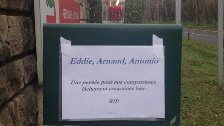 (Un mot de solidarité a été accroché sur l'entrée de l'entreprise Scales à Saint-Ouen l'Aumône. © Hajera Mohammad/Radio France)