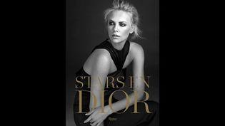 Charlize Theron dans une robe en satin noir, collection Christian Dior prêt-à-porter par John Galliano automne-hiver 2008. Une place particulière, dans ce livre, est accordée à la publicité J'adore avec Charlize Theron.   (Alexi Lubomirski.)