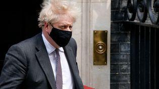 Boris Johnson devant le 10, Downing Street à Londres, résidence officielle des Premiers ministres britanniques, le 21 avril 2021. (DAVID CLIFF / NURPHOTO / AFP)