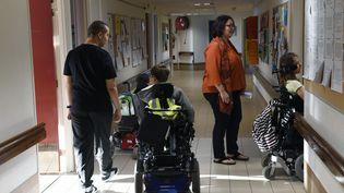 Des élèves en fauteuil roulant dans les couloirs du collège-lycée Elie Vignal de Caluire-et-Cuire (métropole de Lyon), le 1er septembre 2016. (PHILIPPE DESMAZES / AFP)
