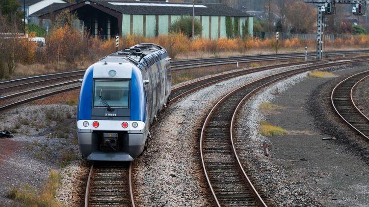 Un train Intercités quittant la station d'Abbeville (Somme), le 30 novembre 2019. (AMAURY CORNU / HANS LUCAS / AFP)