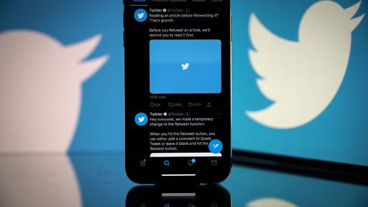 Le logo de Twitter vu sur un smartphone, le 26 octobre 2020. (LIONEL BONAVENTURE / AFP)