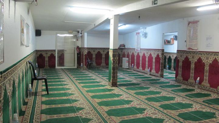 Première des trois salles de prière de la mosquée du Londeau, à Noisy-le-Sec (Seine-Saint-Denis), le 30 janvier 2015. (ARIANE NICOLAS / FRANCETV INFO)