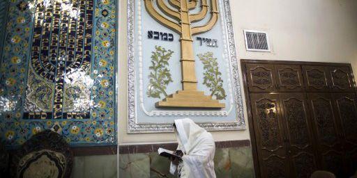 Une femme de confession juive en train de lire la Torah à la synagogue Youssef Abad à Téhéran le 30-9-2013. (AFP - Behrouz Mehri)