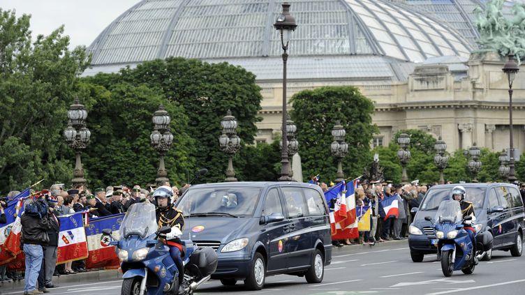 Les corbillards transportant les quatre cercueils des soldats français morts en Afghanistan traversent le pont Alexandre III à Paris, mercredi 13 juin. (BERTRAND GUAY / AFP)