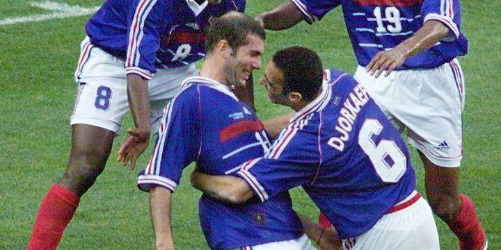 Zinédine Zidane félicité par Youri Djorkaeff après son deuxième but en finale face au Brésil