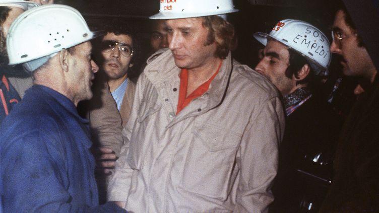 Johnny Hallyday visite les installations d'Usinor, le 7 mars 1979 à Longwy (Meurthe-et-Moselle). (AFP)