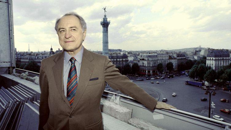 Pierre Bergé pose sur le balcon de l'OpéraBastille, à Paris, le 31 août 1988. (JEAN-LOUP GAUTREAU / AFP)