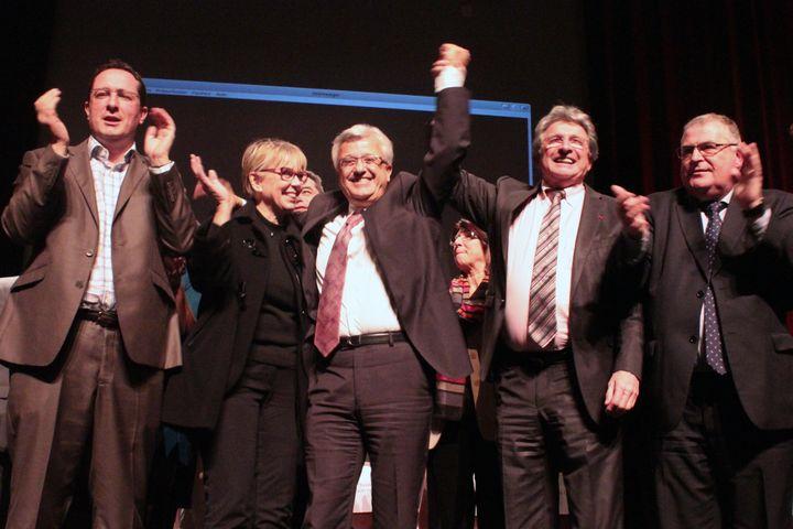 Elie Aboud (au centre), candidat UMP à la législative partielle et premier adjoint deRaymond Couderc,sénateur-maire de Béziers (Hérault) (à sa gauche), lors d'une réunion publique, le 3 décembre 2012. (VIOLAINE JAUSSENT / FRANCETV INFO)