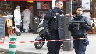 Lapolice scientifique àl'intérieur du café Comptoir Voltaire à Paris sur le site de attaque. Le 14 Novembre 2015 (WILLIAM ABENHEIM / SIPA)