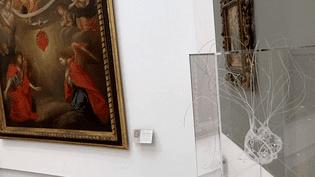 Les oeuvres contemporaines des artistes jouxtent les tableaux anciens exposés au musée d'Art Sacré. Ici le coeur de dentelle de Marjolaine Slavador  (France3 / Culturebox)