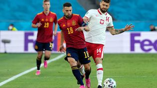 Jordi Alba au duel avec Mateusz Klich, lors d'Espagne-Pologne le 19 juin (THANASSIS STAVRAKIS / POOL)