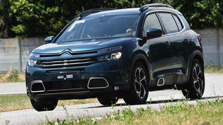 Les SUV, des voitures plus hautes, plus larges, en apparence plus sécurisées... mais aussi plus polluantes. (FRED TANNEAU / AFP)