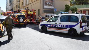 Les forces de l'ordre déployées dans la rue de Crimée à Marseille (Bouches-du-Rhône), mardi 18 avril 2017. (BORIS HORVAT / AFP)
