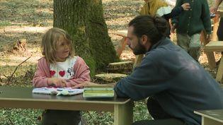 Près de Genève, une école accueille les enfants dans les bois de Jussy (S. Worreth / France Télévisions)