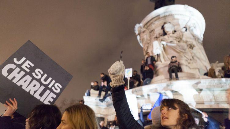 """Un rassemblement en hommage aux victimes de l'attentat qui a visé """"Charlie Hebdo"""", le 7 janvier 2015, place de la République, à Paris. (CHRISTOPHE HEROU / CITIZENSIDE / AFP)"""