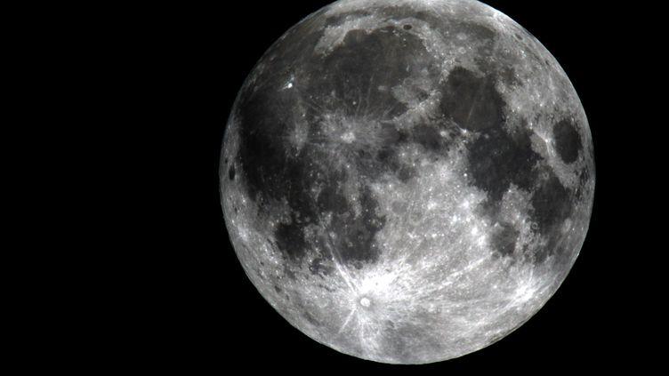 Vue de la Lune le 28 septembre 2015. (ISMAEL MOHAMAD / MAXPPP)