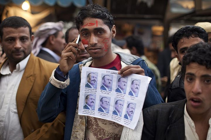 Un manifestant porte une affiche demandant le départ du président Ali Abdallah Saleh, à Sanaa au Yémen, le 10 mars 2011. (JONATHAN SARUK / GETTY IMAGES EUROPE)