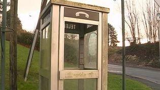 Elles font partie de notre patrimoine et pourtant, comme le Minitel vaincu par Internet il y a six ans, elles auront bientôt disparu du paysage. Les cabines téléphoniques sont devenues trop chères à entretenir pour leur utilisation dérisoire. Vous n'en verrez donc plus à partir du 31 décembre. Reportage dans le Pas-de-Calais. (FRANCE 3)