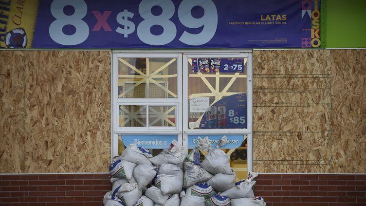 L'entrée d'un magasin barricadée avant l'arrivée de l'ouragan Willa, dans l'Etat du Sinaloa, au Mexique, le 23 octobre 2018. (ALFREDO ESTRELLA / AFP)