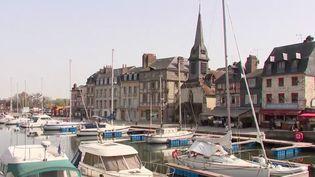 Les touristes ont déserté le centre d'Honfleur (Calvados), jeudi 1er avril. Le port est habituellement bondé à la veille d'un week-end de Pâques. Le secteur du tourisme s'inquiète. (FRANCE 3)