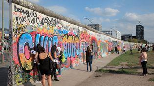 En marge des commémorations de la chute du mur de Berlin (Allemagne), trente ans après le concert de Rostropovitch, un violoncelliste français va marcher dans ses pas samedi 9 novembre. (MANUEL COHEN / AFP)