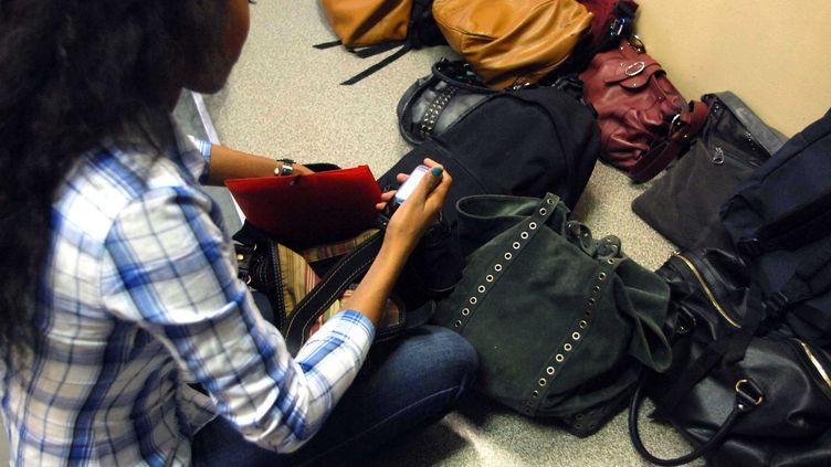 Pour éviter la fraude lors des examens, les élèves sont tenus d'éteindre leurs téléphones, de les ranger dans leur sac et de les déposer au pied du tableau. (DURAND FLORENCE / SIPA)