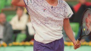 Monica Seles le poing levé lors de son quart de finale face à Conchita Martinez à Roland-Garros, le 4 juin 1991. (JEAN-LOUP GAUTREAU / AFP)