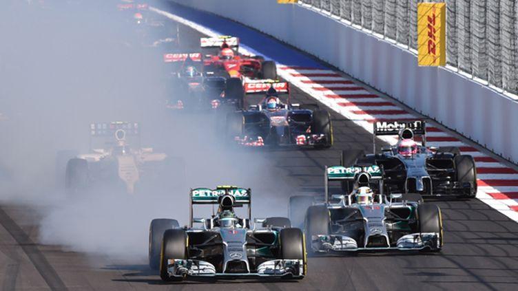 Nico Rosberg allume son pneu avant gauche au départ du GP de Russie (DIMITAR DILKOFF / AFP)
