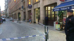 La police belge positionnée rue du Charbon, près de laGrand-Place à Bruxelles, le 20 novembre 2018. (CHARLOTTE VAN OUDENHOVE / BELGA MAG / AFP)