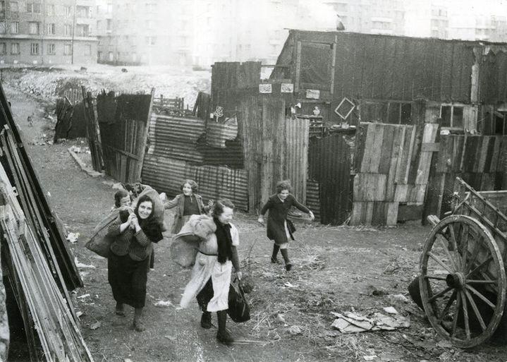 Photographe anonyme Chiffonnières sur la Zone  France, vers 1940  (Courtesy Galerie Lumière des roses)