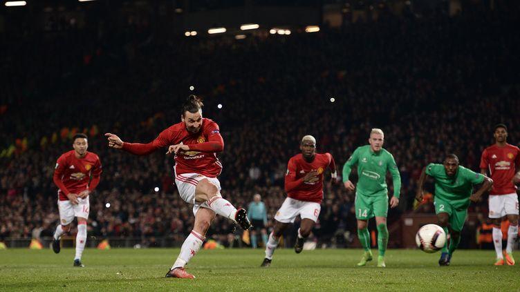 Zlatan Ibrahimovic inscrit son 3e but de la soirée face à Saint-Etienne (OLI SCARFF / AFP)