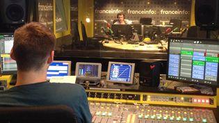 Dans les coulisses de franceinfo junior, une émission présentée par Julien Moch. (RADIO FRANCE)