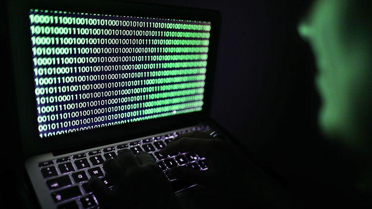 Code sur un ordinateur. Image d'illustration. (OLIVER BERG / DPA)