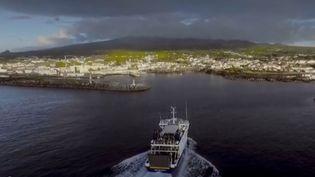 À deux heures de vol de Lisbonne (Portugal), les Açores renferment une nature splendide. Les baleines en ont fait leur sanctuaire. On y croise 25 espèces. Les habitants tentent de préserver ce paradis contre le tourisme de masse. (FRANCE 2)
