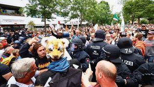Des policiersface à desmanifestants hostiles aux restrictions sanitaires, à Berlin, en Allemagne, le 1er août 2021. (ABDULHAMID HOSBAS / ANADOLU AGENCY / AFP)