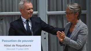 François de Rugy pendant sa passation avec Elisabeth Borne (à droite), au ministère de la Transition écologique, le 17 juillet 2019. (ALAIN JOCARD / AFP)