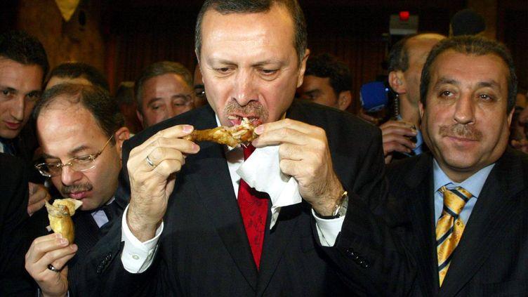 Recep Tayyip Erdogan, alors Premier ministre turc, avale un morceau de poulet, à Ankara (Turquie), le 31 janvier 2006. (AFP)