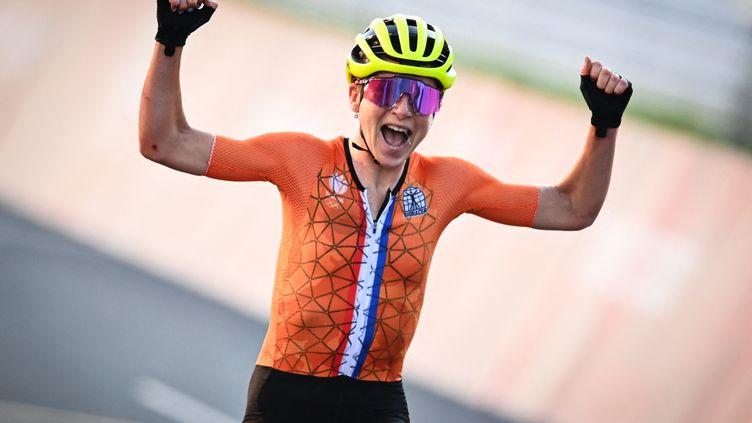 La Néerlandaise Annemiek van Vleuten, alors persuadée de remporter le titre olympique de cyclisme sur route. (JASPER JACOBS / BELGA MAG)