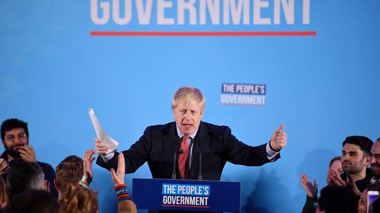 Le Premier ministre Boris Johnson célèbre sa victoire aux élections législatives, le 13 décembre 2019 à Londres (Royaume-Uni). (DANIEL LEAL-OLIVAS / AFP)