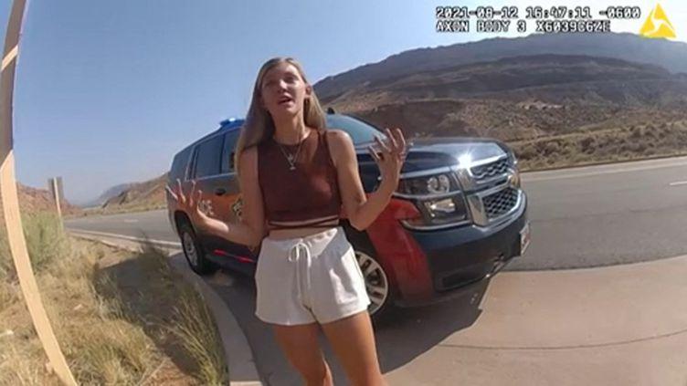 Gabrielle Petito s'entretient avec un officier de police de Moab, dans l'Etat de l'Utah (Etats-Unis), le 12 août 2021, après une altercation avec son compagnon Brian Laundrie. (HANDOUT / MOAB CITY POLICE DEPARTMENT / AFP)