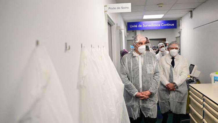 Le Premier ministre Jean Castex (à gauche) lors d'une visite dans un hôpital privé à Aulnay-sous-Bois (Seine-Saint-Denis), le 13 mars 2021. (MARTIN BUREAU / AFP)