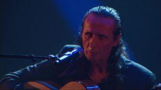 Serge Lopez sur scène avec sa guitare Flamenco (France 3 Toulouse)