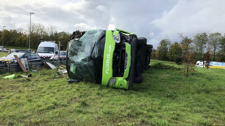 Un car Flixbus qui s'est renversé sur l'autoroute A1, le 3 novembre 2019. (LE COURRIER PICARD / MAXPPP)