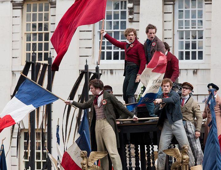 1832, Paris. La révolte gronde. Le jeune Marius mène un groupe de révolutionnaires étudiants.  (Universal Pictures International France )