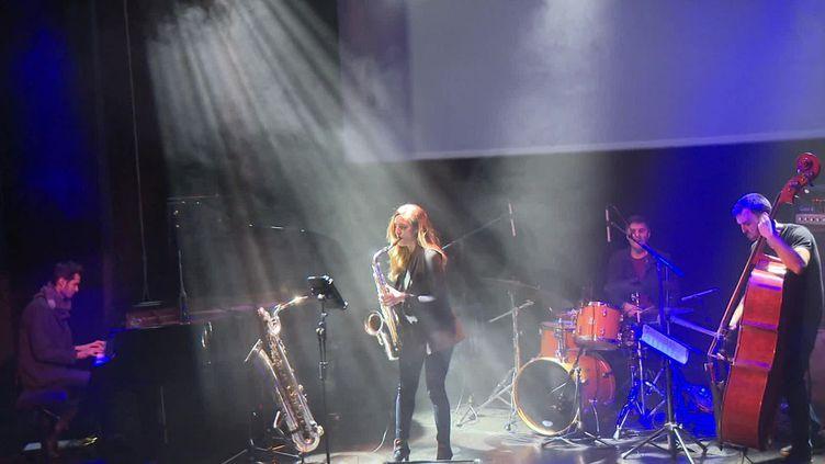 Le groupe Alma Branca sur scène à Limoges. (FRANCEINFO)