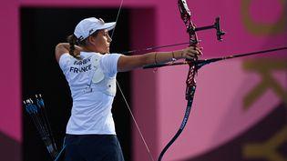 Lisa Barbelin a été sèchement battue en huitièmes de finale de l'épreuve individuelle du tir à l'arc aux Jeux de Tokyo vendredi 30 juillet. (ADEK BERRY / AFP)
